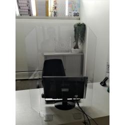 Paravent de protection transparent trois volets  usage comptoir et bureau avec double perforations audio